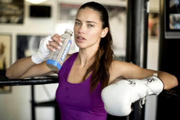 ボクシングで汗を流すアドリアナ・リマ
