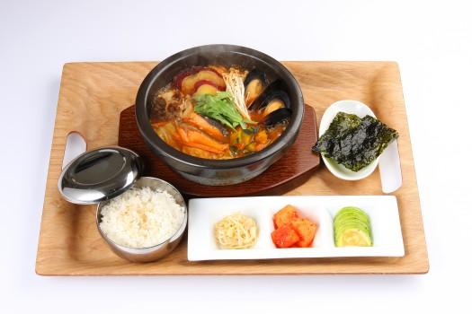 北海道産秋鮭とムール貝の食べるスープ